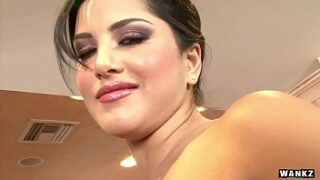 Big boobs Indian sexy porn star Sunny Leone Gets Naked And Masturbates